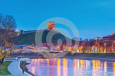 Ciudad de Vilnius, día a noche acercar el tiempo al castillo de Gediminas, río Neris, capital de Lituania, Vilnius almacen de metraje de vídeo