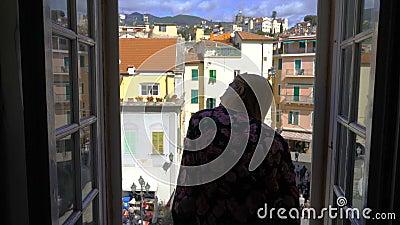 Ciudad medieval italiana de la mañana de la ventana de abertura de la mujer joven metrajes