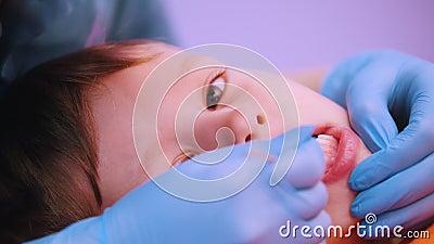 Clínica da medicina Um bebê com doença da paralisia cerebral A massagem da terapia da fala, uma mulher trabalha com instrumento e vídeos de arquivo