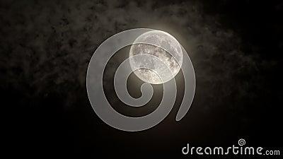 Claro de luna completo con la capa de nubes ligera almacen de video
