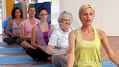 Classe de yoga dans le studio de forme physique