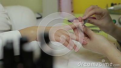 Clavos del ` s del cliente de la limadura del manicuro con el fichero de clavo metrajes
