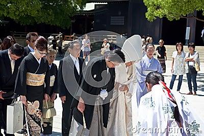 Célébration d un mariage japonais traditionnel Photographie éditorial