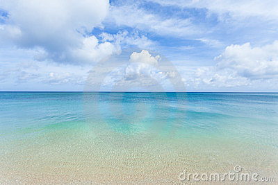 Clear blue water, tropical beach and horizon