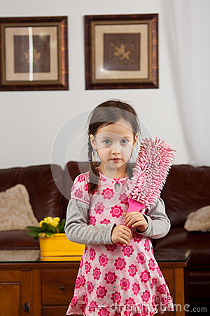 有羽毛喷粉器的小女孩