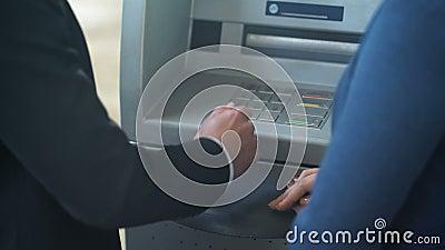 Client Feminin Des Employes De Banque A Nouveau Montrant Comment Travailler Avec L Atmosphere Bon Service