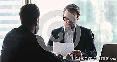 Client masculin remerciant le conseiller financier pour consultation banque de vidéos