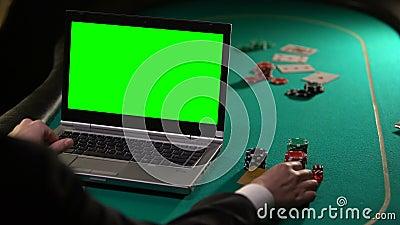 Cliente do Vip que paga as apostas em linha com cartão do ouro, locais de jogo do pôquer, tela verde video estoque