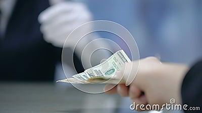 Cliente que paga o dinheiro ao administrador do hotel, registro na recepção, close up filme