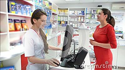 Cliente in una farmacia che cerca i prodotti medici