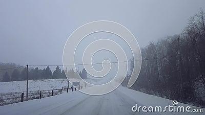 Clima de nieve sin polvo en condiciones peligrosas de carretera en invierno Punto de vista del controlador Punto de vista Blizzar almacen de metraje de vídeo