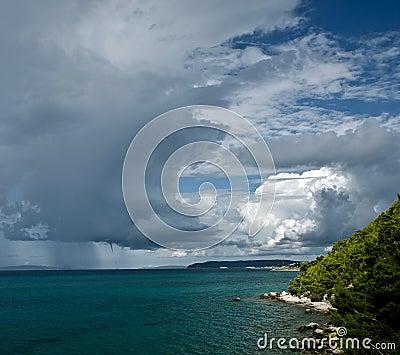 Clima tempestuoso con las nubes oscuras