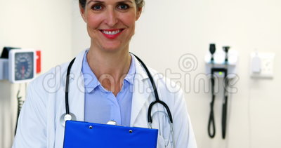 clipboard doctor female holding απόθεμα βίντεο