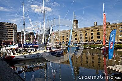 Clippers amarraron en St Katherine Dock en Londres Fotografía editorial