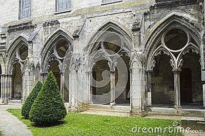 Cloister av abbeyen i Soissons