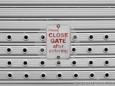 Close roll up gate sign