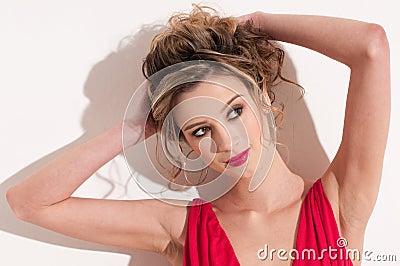 Close-up da menina bonita com maekeup vermelho da moda