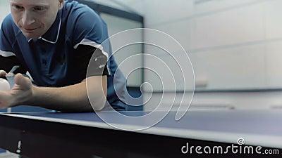 Close-up: de man die het pingpong spelen bij het hof stock videobeelden