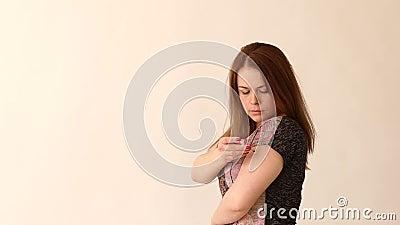 Close-up de uma menina do diabético que faz-se um tiro da insulina na mão, mo lento filme
