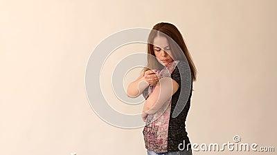 Close-up de uma menina do diab?tico que faz-se um tiro da insulina na m?o, mo lento vídeos de arquivo