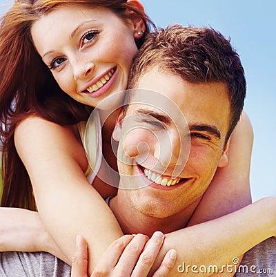 Close Up De Uma Mulher De Sorriso Que Abraça O Homem Novo