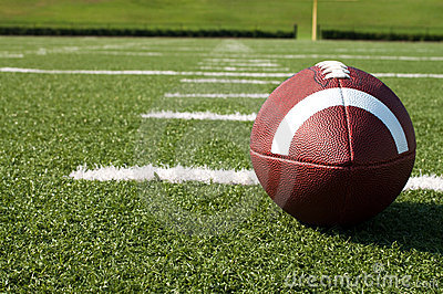 Close up do futebol americano no campo