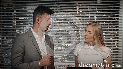 Close-up do gerente e do editor video que estão sendo satisfeitos com o esboço video novo e assinando sua continuação video estoque