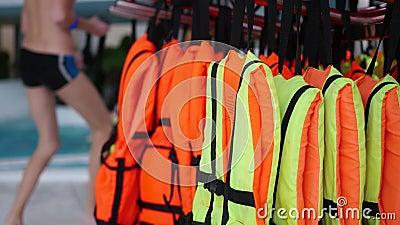 Close up dos colete salva-vidas Segurança na água video estoque