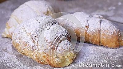 Close-up dos croissant polvilhados com o açúcar de crosta de gelo vídeos de arquivo