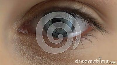 Close-up fêmea triste do olho, emoções depressivas, doença da visão, cuidados médicos video estoque