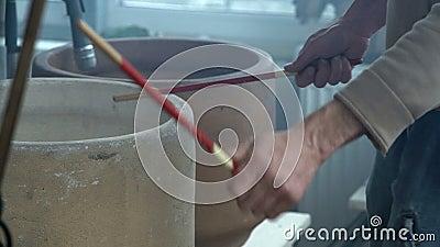 Close-up, músico Knocks Wooden Chopsticks em potenciômetros cerâmicos na oficina da cerâmica vídeos de arquivo