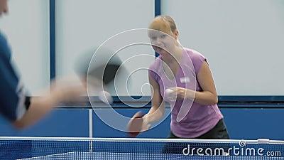 Close-up: man en vrouw die een pingpong spelen stock video
