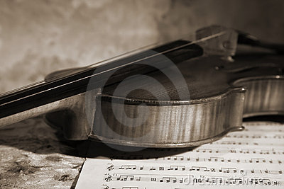 Close-up picture of the old violin witn score