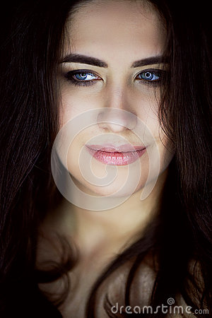 Free Close-up Portrait Of Beautiful Elegant Brunette With Long Hair. In The Eyes Of The Reflection Of The Lamp. Studio, Dark Stock Photos - 89922623