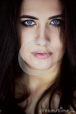 Free Close-up Portrait Of Beautiful Elegant Brunette With Long Hair. In The Eyes Of The Reflection Of The Lamp. Studio, Dark Stock Photography - 89922802