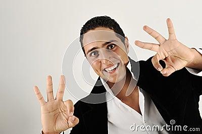 Close-up van de knappe jonge mens die o.k. teken gesturing