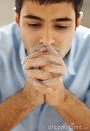 Close-up van een jonge mens die aan god met hoop bidt