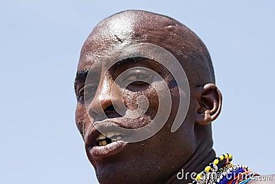 Close-up van een Masai-strijder die de camera onderzoekt