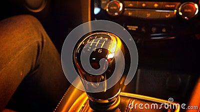 Close-up van het Veranderende Toestel van de Persoons` s Hand terwijl het Drijven van Auto stock footage