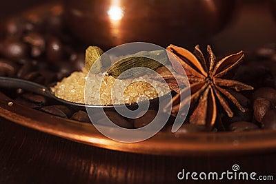 Close-up van kardemompeulen, anijsplant en bruine suiker in een theelepeltje