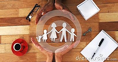 Close-up van knipseldocument kettingsfamilie met de bescherming van handen stock videobeelden