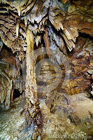 Close-up van stalactieten en stalagmieten