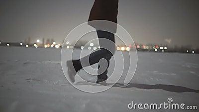 Close-up van vrouwen` s voeten die op de sneeuwwoestijn bij nacht lopen Licht van de Stabiblized slow-motion geschotene maan stock footage