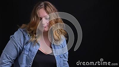Close-upportret van volwassen Kaukasisch blondewijfje die grappige dansbewegingen voor de camera maken stock footage