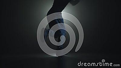Close-upsilhouet van een begaafde jonge danser het dansen dans van de hiphopstraat op een stadium voor de schijnwerper stock video