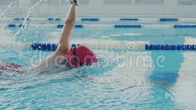 closeup Επιδέξια θηλυκά τραίνα κολυμβητών στη λίμνη Που σέρνεται ή crawlstroke και κάνει ένα κτύπημα με τα χέρια της Αυτή απόθεμα βίντεο