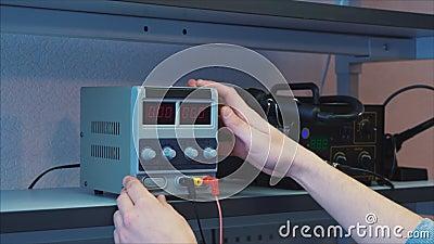closeup Ερευνητικό εργαστήριο Ο ειδικός τεχνολογίας συνδέει τα καλώδια φιλμ μικρού μήκους