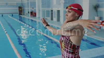 closeup Девушка атлетического и спорта нагревая ее тело перед плавать и делать тренировки спортзала Она двигает и развевать акции видеоматериалы