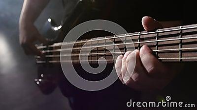 closeup Хорда на гитаре Гитара strums и игр человека электрическая видеоматериал