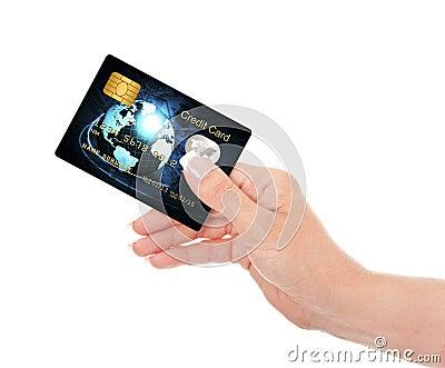 Closeupen av den blåa kreditkorten holded vid handen över vit